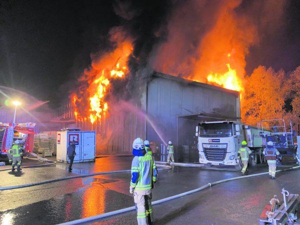 Die 600 Quadratmeter große Halle, in der unter anderem Autoreifen gelagert wurden, brannte völlig aus.VOL.AT/Vlach