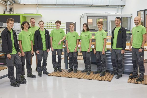 Die acht neuen Lehrlinge des Dornbirner High-Tech-Unternehmens 1zu1 Prototypen mit den Ausbildnern Daniel Schäffler und Tufan Tezcan. Todorovic