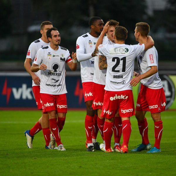 Die Rothosen konnten am vergangenen Spieltag beim Sieg gegen die Young Violets ein erstes Mal über ihren Sieg jubeln. GEPA/Lerch