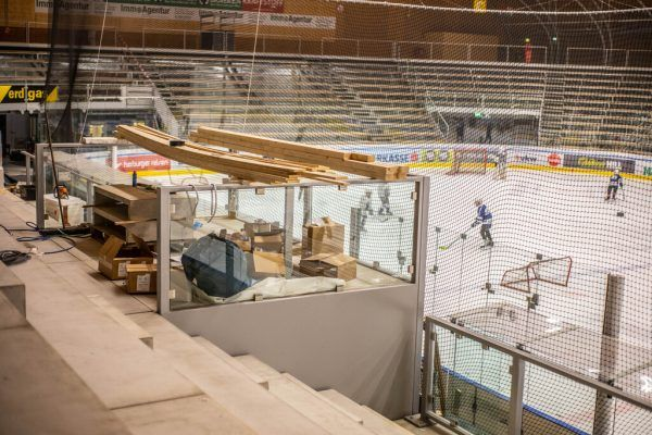 Diese Plattform auf der neuen Sitzplatz-Haupttribüne des Messestadions droht die Sicht der Zuschauer massiv einzuschränken. Klaus Hartinger