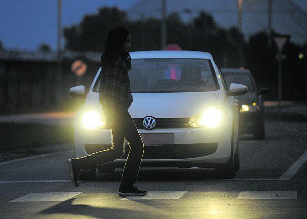 Dunkel gekleidete Fußgänger sind bei Abendlicht erst aus 20 bis 30 Metern zu sehen, mit reflektierender Kleidung schon aus 140 Metern. APA