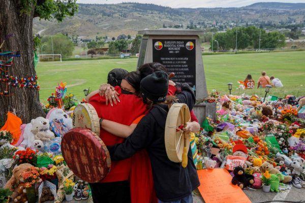 Ein Denkmal vor der früheren Residential School in Kamloops erinnert an das dunkle Kapitel in Kanadas Geschichte. AFP