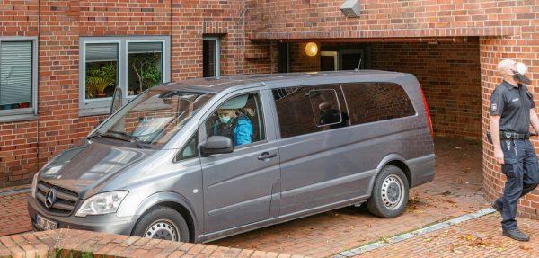 Ein ziviles Polizeifahrzeug bringt die 96 Jahre alte Angeklagte zu einem Haftprüfungstermin an einen Nebeneingang des Landgerichts. DPA