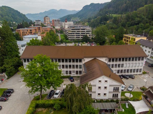 Geplant wurde das Kammergebäude von Ernst Hiesmayr (†2006), einem bedeutenden Architekten der Nachkriegsmoderne, der sich mit zahlreichen Wohn-, Schul- und Verwaltungsbauten einen Namen gemacht hat. Eines seiner Hauptwerke ist das Juridicum in Wien. Hartinger, APA