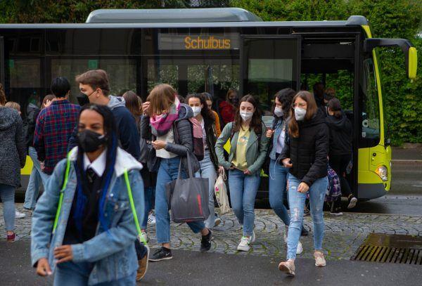 Im Schulbus und in den Gängen der Schulgebäude werden Masken getragen. Im Klassenzimmer nicht.Hartinger