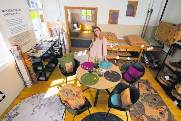 """Jungunternehmerin Clarissa Steurer machte aus einfachen Gebrauchsgegenständen, wie Teppichen und Wohnaccessoires, eine Marke, nämlich """"Clarissakork"""". Hartinger"""