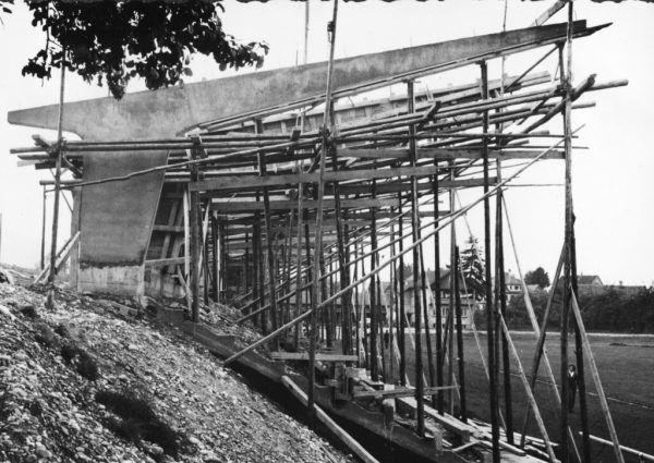 Links ein Bild vom Bau des Reichshofstadions in den 1950er-Jahren, rechts eine Aufnahme aus dem Juni 1984 – man beachte die Zuschauer auf dem Dach. Großes Bild: Das Stadion heute.GEPA/Lerch (1), Verein