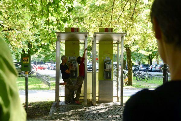 Tanz in der Telefonzelle.Caroline Begle