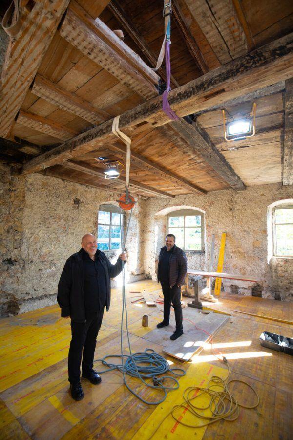 Bernhard und Stefan Marte (v.l.) vor der Baustelle. Am Margarethenkapf sind die Arbeiten in vollem Gange. Klaus Hartinger (7)