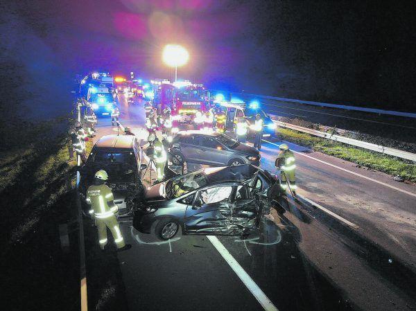 Bis 23 Uhr war die Autobahn ab der Unfallstelle Richtung Tirol komplett gesperrt.©Maurice Shourot