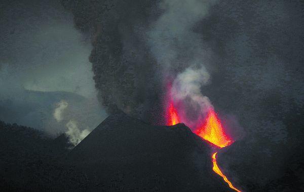 Der Vulkan brach am 19. September aus und spuckt weiter Feuer, Asche und Magma.Reuters