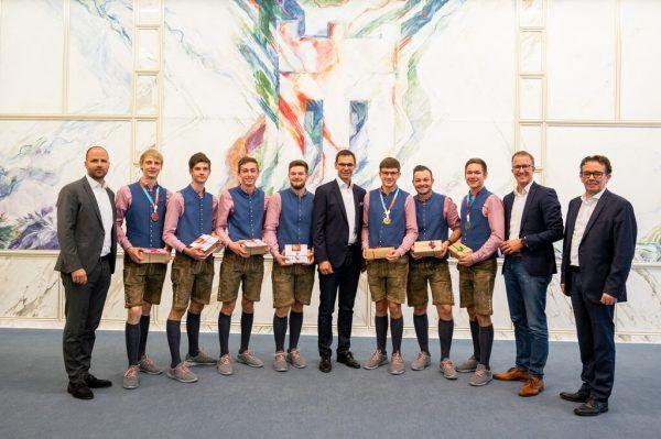 Die erfolgreichen Lehrlinge wurden am Dienstag im Landhaus geehrt.VLK/Serra