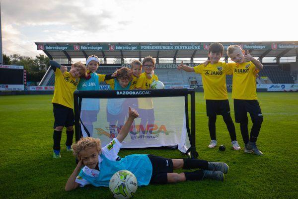 Die Kinder vom SCR Altach freuten sich über die neuen Tore. Clemens Fiel (kleines Bild links) und Andi Kopf erklärten die Gründe.hartinger (2)