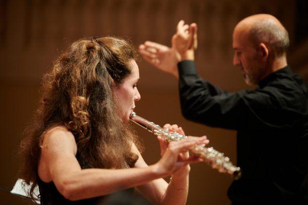 Flötistin Héléna Macherel und Dirigent Benjamin Lack im Hintergrund. Das Ensemble musizierte am vergangenen Sonntag in Feldkirch. Victor Marin