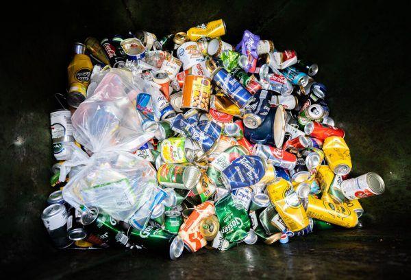 Getränkedosen und Plastikflaschen unterliegen ab 2025 einem Pfandsystem.APA