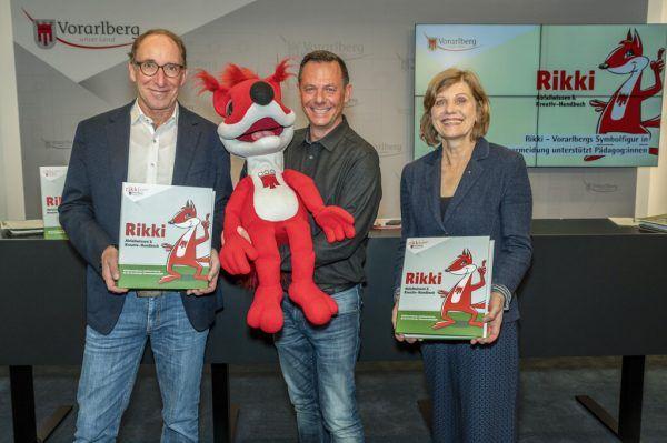 Johannes Rauch (l.), Harald Feldmann und Barbara Schöbi-Fink präsentierten das neue Handbuch. VLK/Furxer