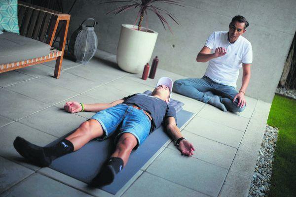 Mario Reiser (r.) führt mit Triathlet Maximilian Hammerle gerade einen Bodyscan durch. Eine rund viertelstündige Übung, bei welcher der Athlet gedanklich in jede Körperpartie hineinhört.Klaus Hartinger
