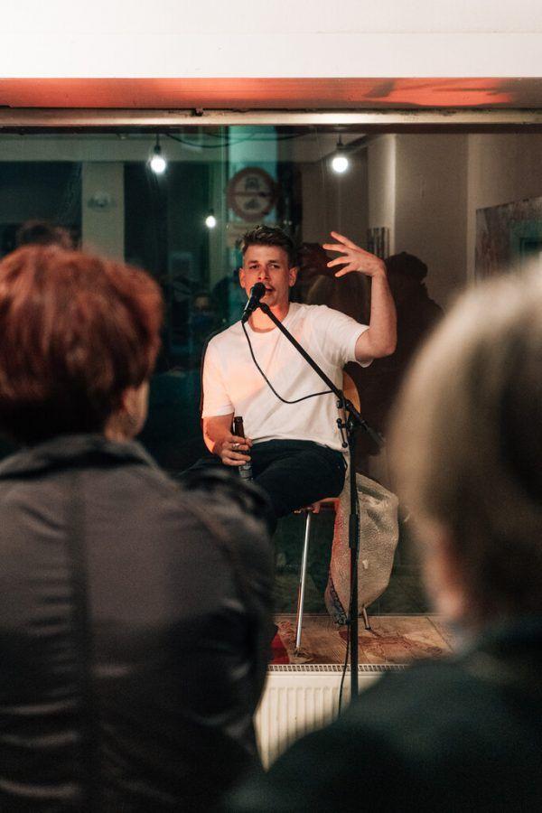 Paul Mittler im Gespräch, und seine Werke im Kollektiv.  Sarah Mistura (1)/ Lisa Kammann (2)