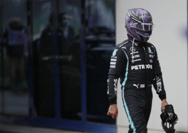 Selbst mit aufgesetztem Helm war Hamilton am Sonntag die Frustration anzumerken. Reuters