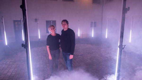 """Zwei Vertreter von Neon Golden im """"Circle"""" im Hof des Palais Liechtenstein."""